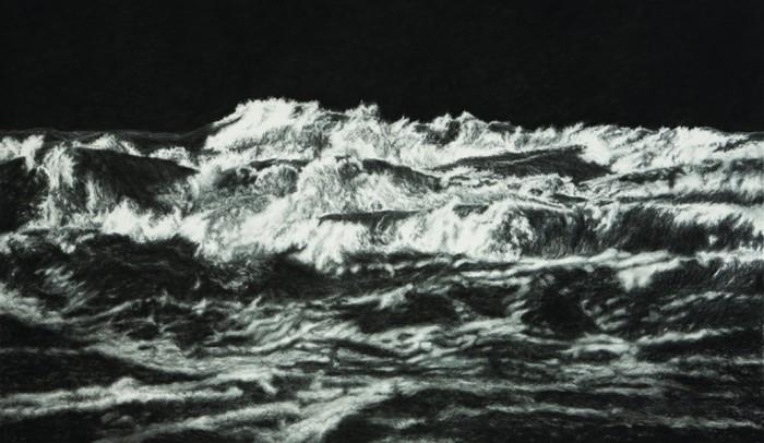 Naar een houtskool tekening ' Black See ll' van Raquel Maulwurf (1975) Zij tekent zee en boslandschappen bij Nieuw Dakota zijn losgezongen van specifieke situaties en tonen een algemenere, mysterieuze en gitzwarte natuur. Niet alleen de grote afmeting van de zwart-wit tekeningen is overweldigend. ook de manier waarop Maulwurf het passe-partout-karton behandelt heeft een bedwelmende, haast fysieke uitwerking. Wekenlang bewerkt zij het karton met houtskool, krijt en een stanleymes totdat de voorstelling in het materiaal is gebeiteld. Eindeloos over elkaar getekende lagen gitzwart krijt zorgen voor een peilloze diepte, aangrijpend en beeldschoon (Marina de Vries, volkskrant 16-9-2011)