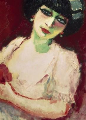 Femme rosé sur fond rouge